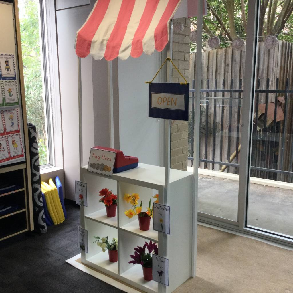 Classroom pretend and play class shop